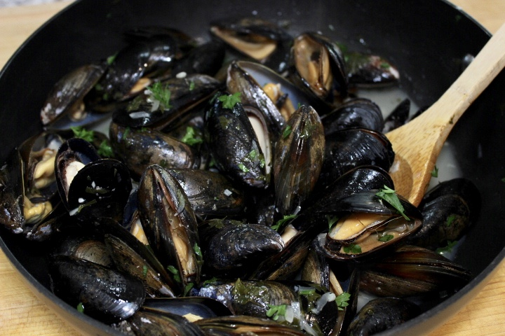 steamed mussels white wine lemon garlic